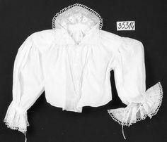 i.č. 35314 - rukávce příramkové s výšivkou, bílý batist, výšivka bílou bavlnkou, knoflíky. Rozměry: d zad 37,5cm, koupě, stav mírně poškozené, Rožnov pod Radhoštěm, okolo 1920. Sbírka Valašského muzea v přírodě v Rožnově pod Radhoštěm