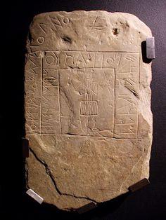 Representação de guerreiro usando saia, provavelmente pregueada, a segurar uma lança e escudo redondo, na estela decorada está também a famosa escrita do sudoeste.  Almodovar, Portugal. Idade do Ferro