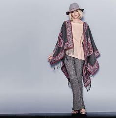 Ethno wirkt immer, wie man an diesen großen Paisleys, den breiten Bordüren und den Fransen sehen kann. Grauer Grund mit bordeauxfarbenen Mustern. Perfekt in Kombination mit Skinny Jeans. #oktoberfest #wiesn #impressionen #trends #fashion #dirndl #trachten #ozapftis #münchen #theresienwiese #lederhose #krachlederne Bordeaux, Skinny, Mauve Color, Jeans, Trends, Tops, Colorful Fashion, Kimono Top, Ponchos
