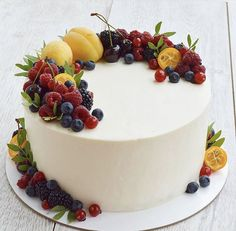 Cake Decorating Piping, Creative Cake Decorating, Cake Decorating Videos, Buttercream Cake Designs, Fruit Cake Design, Fresh Fruit Cake, Berry Cake, Brownie Cake, Specialty Cakes