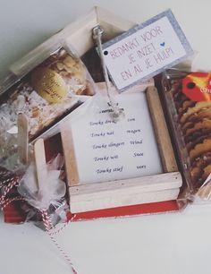 Dit pakket bestaat uit een pak kerstkransjes, een mini banketstaaf, 2 chocostokjes en een weerstationnetje.
