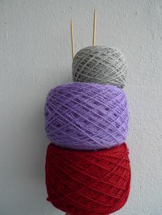 www.zgarn.se Garn nystat med nystmaskin 100% wool Z-tvinnat garn som passar utmärkt vid 2-ändsstickning Knitted Hats, Creativity, Wool, Knitting, Knit Hats, Tricot, Cast On Knitting, Stricken, Weaving