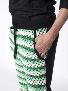 Broek Buckwheat designed by Like This - Jogging broek model met crochet voorpanel Zwarte achterkant, voorkant gemaakt van crochet in wit met een paar tinten groen.