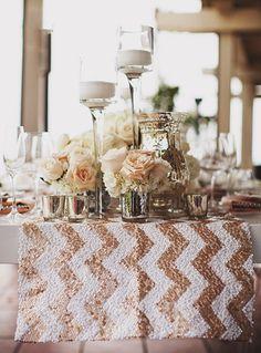 Os acessórios brilhosos deixaram a decoração super charmosa e mega sofisticada. O caminho de mesa chevron com lantejoulas fechou com chave de ouro.