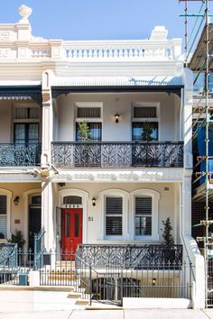 There is some hint of a French townhouse to the McMahons Point residence. Terrace House Exterior, Townhouse Exterior, Victorian Terrace House, Victorian Townhouse, Facade House, Victorian Homes, Large Homes Exterior, Interior Exterior, House Architecture Styles