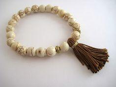 Pulseras engarzadas con cuentas de cristal y howlita en beis// Bracelets with glass beads and howlite in beige