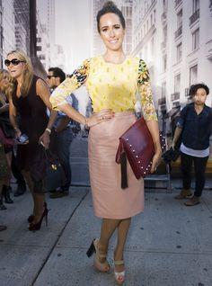 esta mujer si sabe SER UNA MONADA!       La 'trendy girl' Louise Roe nos está perdiendo casi ningún desfile. Nos gustó su look en DKNY con cartera de mano XL.