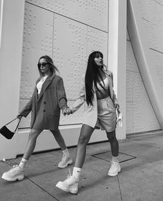 Keep moving forward. October 25 2019 at fashion-inspo Gray Aesthetic, Black And White Aesthetic, Black N White, Black And White Pictures, Urbane Fotografie, Photographie Portrait Inspiration, Foto Casual, Friend Poses, Friend Pictures