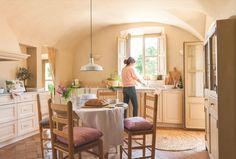 """Un espacio para compartir. """"Queríamos una mesa para poder comer en la cocina. Teníamos claro cómo sería: campestre, como las de antes pero sin ser oscura. Y fresca y romántica"""", explica la dueña."""