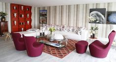 Tecido tie dye nas paredes e almofadas Hermès no living de Jimmy Bastian Pinto Foto: Simone Marinho / Agência O Globo