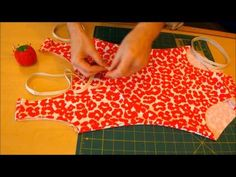 ▶ How to Make a Swimsuit, no serger required! - YouTube. Prachtig filmpje .Ik wil dadelijk beginnen.