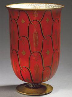 """Jean Mayodon  (1893-1967) et Marcel Prunier( décor de ) & Manufacture Nationale de Sèvres - Vase en porcelaine, """" Palmes en or """" c.1945 - Piédouche en bronze doré, à décor en bas-relief d'un motif d'entrelacs, corps formant vasque à décor émaillé d'entrelacs, rameaux et étoiles, émaux noirs et or sur fond coq de roche, décor à l'intérieur d'un semis doré sur fond blanc - Signature de cachets imprimés """" Doré à Sèvres""""  """"L.R d'après un décor déposé de Marcel Prunier """"  - H:18,5 cm"""