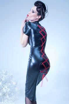 La robe longue fourreau Maelyss est une magnifique robe fermée dans le dos par un laçage rouge sexy façon corset.
