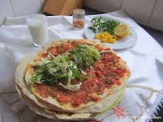 Mijn mixed kitchen: Lahmacun (zelfgemaakte Turkse pizza) Turkish Pizza Recipes, Good Food, Yummy Food, Fish And Meat, Fresh Fruits And Vegetables, Middle Eastern Recipes, Iftar, Vegetable Pizza, Breakfast Recipes