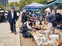 https://flic.kr/p/Ku9PDa   Shitennoji Flea Market ※ 四天王寺骨董市   On the 21st & 22nd of every month, there's an antique flea market on the grounds of Shitenno-ji Temple. Photos from this blog post.  毎月、21-22日に四天王寺の敷地ですごい骨董のマーケットにする事になります。詳しくは このブログの投稿で。  (勉強中なので、日本語は変なところあったら教えてください。^_^ )