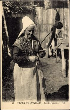 Postcard Types d'Auvergne, Vieille Paysanne, Bäuerin beim Spinnen. Note that the fiber is a roving wound around the distaff.