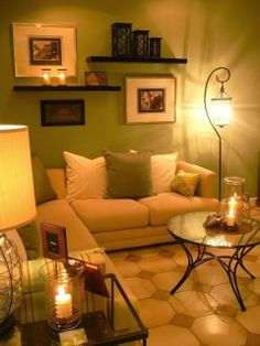 pequena e aconchegante com velas... linda sala...