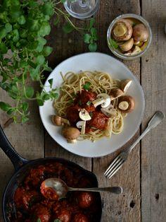 Almôndegas com molho de tomate e cogumelos marinados