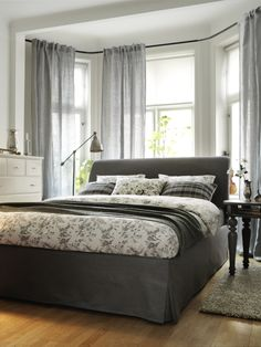 Create a traditional bedroom with the easy elegance of the VANVIK bed.