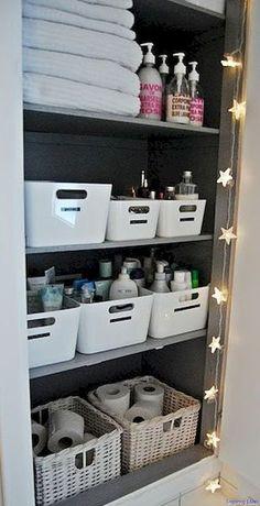 Uma ótima maneira de organizar itens e produtos de higiene e beleza é separa-los por tipo/uso/dono em caixas ou cestos organizadores. Linen Closet Organization, Bathroom Organisation, Organized Bathroom, Closet Storage, Storage Organization, Bathroom Ideas, Bathroom Inspiration, Storage Rack, Bathroom Designs