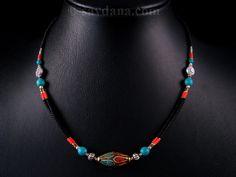 Beau collier typiquement tibétain. ----------------------------------------- Typical tibetan necklace.