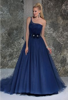 Isabel de Mestre - Evenings Abendkleider Kollektion 2016 (Art.15E657): Langes Abendkleid in Blau mit einem Träger im Prinzessinnenschnitt.
