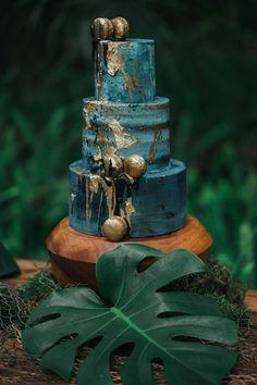 Turquoise and Gold Wedding Cake - A Mermaid Wedding Inspiration at a Hidden Oasis #turqouiseweddingcake #mermaidweddingcake #tropicalweddingcake #turquoiseandgoldweddingcake #littlemermaidweddingcake #goldweddingcake #tropicalweddingideas #rainforestwedding #mermaidweddingideas Peacock Wedding Cake, Floral Wedding Cakes, Wedding Cake Designs, Mermaid Wedding, Teal And Grey Wedding, Teal And Gold, Dark Teal, Teal Cake, Wedding Shoot