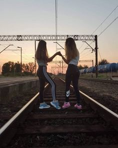 Best Friends Shoot, Cute Friends, Cute Friend Pictures, Best Friend Pictures, Friend Poses Photography, Best Friends Aesthetic, Best Friend Goals, Best Friends Forever, Belle Photo