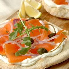 Smoked Salmon and Cream Cheese Pizza recipe. Oh this is just ridiculous :D Pizza Recipes, Cooking Recipes, Healthy Recipes, Cream Cheese Pizza, Salmon Pizza, Smoked Salmon Recipes, Gula, Dough Recipe, Food And Drink