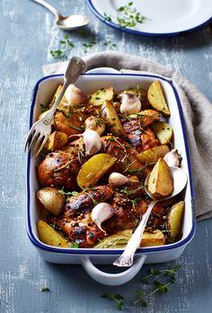 Κοτόπουλο με πατάτες, μέλι, σκόρδο και δεντρολίβανο | olivemagazine.gr