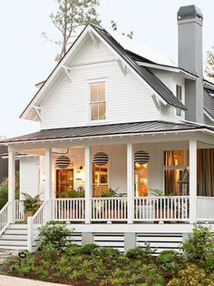 Beautiful Modern Farmhouse Home Exterior Design Ideas 27 Farmhouse Front Porches, Modern Farmhouse Exterior, Southern Porches, Veranda Pergola, House Skirting, New England Homes, Dream House Exterior, Porch Decorating, Decorating Ideas