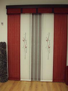 panel japones, con volante y galeria madera, alfombra de pelo, en colores grises y negro.