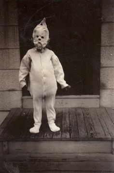 20 Amazingly Creepy Vintage Photographs These vintage photos of Halloween Costumes from way back when. Nothing compared to now these were actually scary looking Retro Halloween, Costume Halloween, Photo Halloween, Halloween Fotos, Masque Halloween, Vintage Halloween Photos, Creepy Halloween, Halloween Pictures, Creepy Costumes