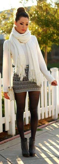 Paaren Sie einen weißen Pullover mit einem Rundhalsausschnitt mit einem grauen Minirock mit Fair Isle-Muster für ein bequemes Outfit, das außerdem gut zusammen passt. Dunkelgraue Wildleder Stiefeletten bringen Eleganz zu einem ansonsten schlichten Look.