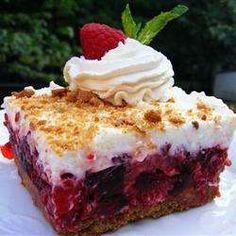 Many Summer Dessert Recipes Raspberry Icebox Cake - What a lovely refreshing dessert for those hot summer days. Desserts Rafraîchissants, Icebox Desserts, Icebox Cake Recipes, Raspberry Desserts, Refreshing Desserts, Frozen Desserts, Summer Desserts, Delicious Desserts, Dessert Recipes