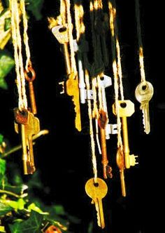 Make musical chimes from old keys. I have tons of old keys and love chimes Mobiles, Sensory Garden, Old Keys, Reggio Emilia, Outdoor Play, Outdoor Learning, Outdoor Spaces, Suncatchers, Yard Art