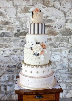 I love these neutral tones together with the different designs for each layer. This cake is very well balanced and just so beautiful to look at. The perfect fusion of elegance, romance, and understated beauty!