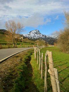 De camino a Peña Ubiña por la carretera que sube al pueblo de Pinos (Babia).