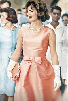 Zoe Kravitz homenageia Jackie Kennedy no tapete vermelho do SAG Awards Jacqueline Kennedy Onassis, Estilo Jackie Kennedy, Os Kennedy, Jaqueline Kennedy, Jackie O's, Zoe Kravitz, Fifties Fashion, Vintage Fashion, Familia Kennedy