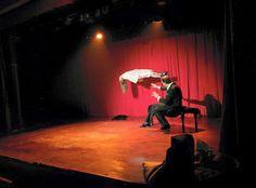 Pedro Miró performing  levitation in El Rei de la Màgia