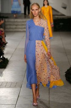 See all the Collection photos from Carolina Herrera Spring/Summer 2018 Ready-To-Wear now on British Vogue Fashion 2018, Runway Fashion, High Fashion, Fashion Show, Fashion Looks, Fashion Design, Fashion Trends, Carolina Herrera Perfume, Carolina Herrera 212