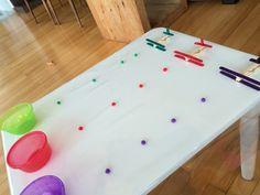 Aprendendo as cores. Vamos pegar os pompons e levar para o potinho da mesma cor usando um pregador. Atividade montessoriana