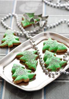 Cute little Christmas tree cookies. Christmas Makes, Cozy Christmas, Christmas Goodies, Christmas Candy, Christmas Baking, Christmas Treats, All Things Christmas, Christmas Holidays, Christmas Projects