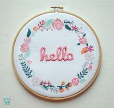 Hello Floral Wreath 8'' Modern Cross Stitch Pattern PDF - Instant Download. Flower Pattern. Welcome Sign Chart. Baby Announcement. Hoop Art. par VelvetPonyDesign sur Etsy https://www.etsy.com/fr/listing/285381733/hello-floral-wreath-8-modern-cross