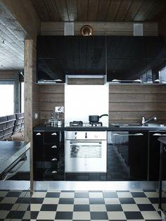 sol avec carrelage à damier dans la cuisine noire