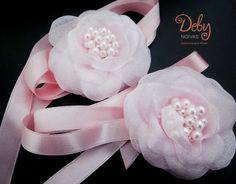 Lindo e delicado arranjo para daminhas pode ser utilizado como tiara ou headband, a flor é feita de organza rosa claro com fita de cetim rosa e aplicação de perolas rosa no miolo.  A flor mede aprox. 7cm