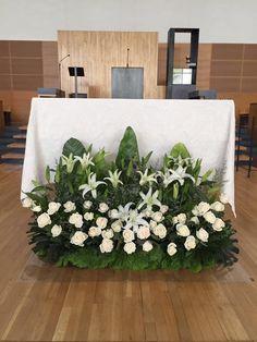 Altar Flowers, Church Flowers, How To Wrap Flowers, Fresh Flowers, Church Altar Decorations, Christmas Decorations, Flores Do Altar, Backdrop Frame, Large Flower Arrangements