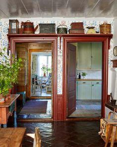 Gunnar Kaj var i många år Nobelfesternas blomsterkreatör. I sommarhuset i Roslagen märks att han är en mästare på vackra arrangemang. Både vad gäller blommor och inredning.