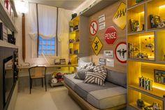 Tatiana Lopes e Tatiana Mendes criaram um decor fofo inspirado nas placas de trânsito para a Casa Cor Rio 2016. Vem ver os detalhes do ambiente