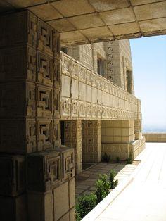 Ennis House California | La reducida superficie acristalada del edificio hace que los ...